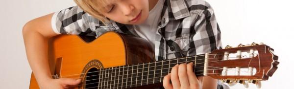 junger Gitarrist